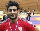 لبنانية وراء صورة لاعب المصارعة بتى شيرت أمريكا