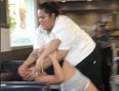 """فيديو.. خناقة بين موظفة بأحد المطاعم وزبونة بسبب إلقاء """"ميلك شيك"""" فى وشها"""