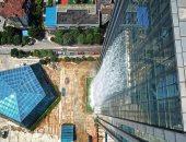 صور.. الصين تفتتح أعلى شلال صناعى على واجهة ناطحة سحاب