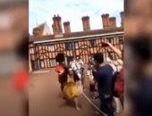 """فيديو.. رد فعل حرس ملكة بريطانيا مع فتاة التقطت """"سيلفى"""" أمام قصر وندسور ؟"""