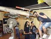 """صور.. المواطنون يقبلون على تليسكوب """"مصطفى محمود"""" لمشاهدة الخسوف"""