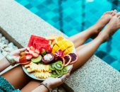 هل تناول الطعام قبل النزول للبحر ضار للصحة؟