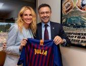 بارتوميو يهدى جوليا روبرتس قميص برشلونة على هامش معسكر أمريكا