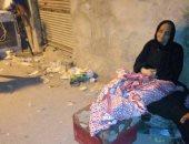 سكان منزل متهالك بالدرب الأحمر يفترشون الشارع بعد سقوط أجزاء منه