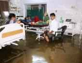 مياه الأمطار تغمر وحدات الحالات الحرجة بمستشفيات الهند - صور