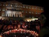 اليونانيون يضيئون الشموع أمام البرلمان حدادا على ضحايا حرائق الغابات