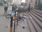 قارئ يرصد تراكم القمامة أمام محطة مترو عزبة النخل