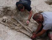 اكتشاف قبر محارب قديم من القرن الـ16 ومعه سيفه ورمحه