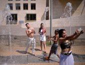 صور.. موجة حارة تجتاح أوروبا والسكان يلجأون إلى الشواطئ والمتنزهات