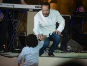 طفل عمره 7 سنوات يطلب من على الحجار أغنية عمرها 40 عاما بمهرجان القلعة..فيديو و صور