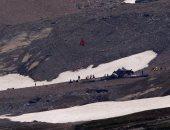 صور.. اللحظات الأولى لتحطم طائرة ركاب صغيرة فى جبال الألب بسويسرا