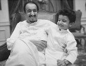 """أعز الولد.. الملك سلمان يداعب حفيده عبد العزيز فى جلسة أسرية """"صور"""""""