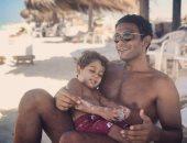 """آسر ياسين يستمتع بإجازته الصيفية مع نجله.. ويعلق """" أجمل ما فى الحياة"""""""