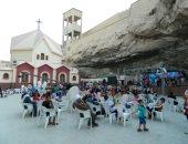 توافد مئات الأقباط على دير درنكة للاحتفال بصيام العذراء بأسيوط.. صور