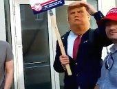 متطرفون يرتدون قناعا لـ ترامب ويهاجمون مكتبة فى لندن.. فيديو