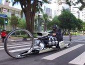 فيديو.. برازيلى يطور دراجة نارية حديثة بعجلات عملاقة قوتها 300 حصان