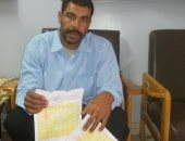 صور.. مأساة عامل يومية صدرت له شهادة وفاة بدلا من نجله المتوفي بحادث