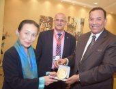 رئيس جامعة المنوفية يكرم مديرة المكتب الدائم للجمعية اليابانية لتطوير العلوم