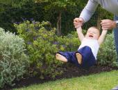 """""""العب معاه بهدوء"""".. رفع ذراع الطفل لأعلى يسبب شللا مؤقتا وخلع الكتف"""