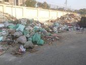 صور.. تلال القمامة ومخلفات المبانى تحاصر مركز شباب الثورة الحضرى بروض الفرج