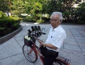 """مسن يستخدم 11 هاتفا ذكيا على دراجته للعب """"بوكيمون جو"""""""