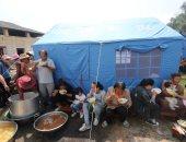 صور.. مواطنو جنوب غرب الصين يتناولون الطعام داخل الخيام بعد زلزال قوته 5 ريختر