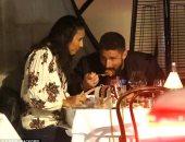جيرو يستعد لمواجهة فريقه السابق بعشاء رومانسى مع زوجته.. صور