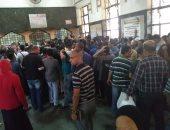 قارىء يشارك بصور للزحام الشديد على حجز تذاكر قطارات العيد برمسيس
