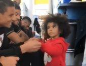 """فيديو.. سعد سمير يرقص مع طفلة على أنغام """"3 دقات"""""""