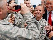 اضحك الصورة تطلع حلوة.. ترامب يلتقط صورة مع مجندة بالجيش الأمريكى