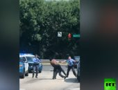 فيديو.. رجل شبه عار يشبع 4 رجال شرطة أمريكيين ضربا بالشارع