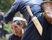شاهد.. حلاق صينى يستخدم المنجل بدلاً من المقص لزبائنه
