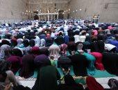 الرجال والنساء والأطفال يفترشون بساحة مسجد السلطان حسن لأداء صلاة العيد