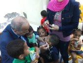 صور.. محافظ القليوبية يرسم علم مصر على وجه طفل يتيم ابتهاجا بالعيد