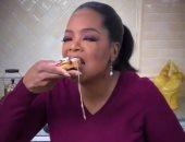فيديو وصور.. أوبرا وينفرى تمارس السحر في طهى الطعام