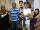صور.. موقع مدرسة يقود ضباط قصر النيل لإعادة طفل ضال لأحضان أسرته
