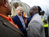 فينجر يصل ليبيريا لاستلام وسام شرف من الرئيس جورج وياه.. صور