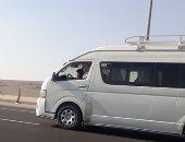 فى غياب الرقابة المرورية.. طفل يقود سيارة ميكروباص بطريق القاهرة العين السخنة