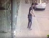 شاهد.. لحظة إطلاق مجهول النار على رجال شرطة بوسط موسكو