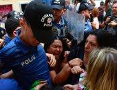 الشرطة التركية تعتدى بالضرب على سيدة تطالب بالعودة إلى عملها