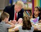 صور.. الرئيس الأمريكى وزوجته يشاركان حصة التلوين لأطفال داخل مستشفى