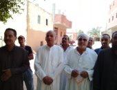 صور.. أهالى قرية بالداخلة يطالبون بالمرافق وإنشاء مدرسة إعدادى