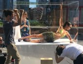 تحفة فنية داخل صندوق زجاج.. هكذا ظهرت عارضة الأزياء بيلا حديد (صور)