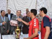 محافظ بنى سويف يسلم فريق مركز شباب الميمون كأس دورة الشهيد أحمد حسين