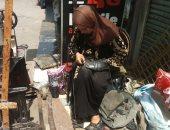 """صور..""""أم عمر"""" ست بـ100 راجل.. تعمل فى خياطة الأحذية لمساعدة زوجها بعد مرضه"""