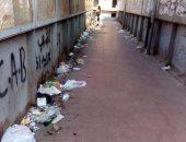 القمامة تحاصر كوبرى مشاة على بعد أمتار قليلة من محطة مترو حلمية الزيتون