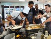 لاعبو ليفربول الخاسرون يعاقبون بإعداد الكعك فى المطبخ.. فيديو