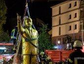 يسقط الديكتاتور.. لحظة إزالة تمثال أردوغان من أحد ميادين ألمانيا.. صور