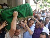 المئات يؤدون صلاة الجنازة على الراحل حسين عبد الرازق بحضور نقيب الصحفيين