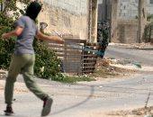 صورة اليوم.. طفل فلسطينى يواجه رصاص الاحتلال الإسرائيلى بالنبلة